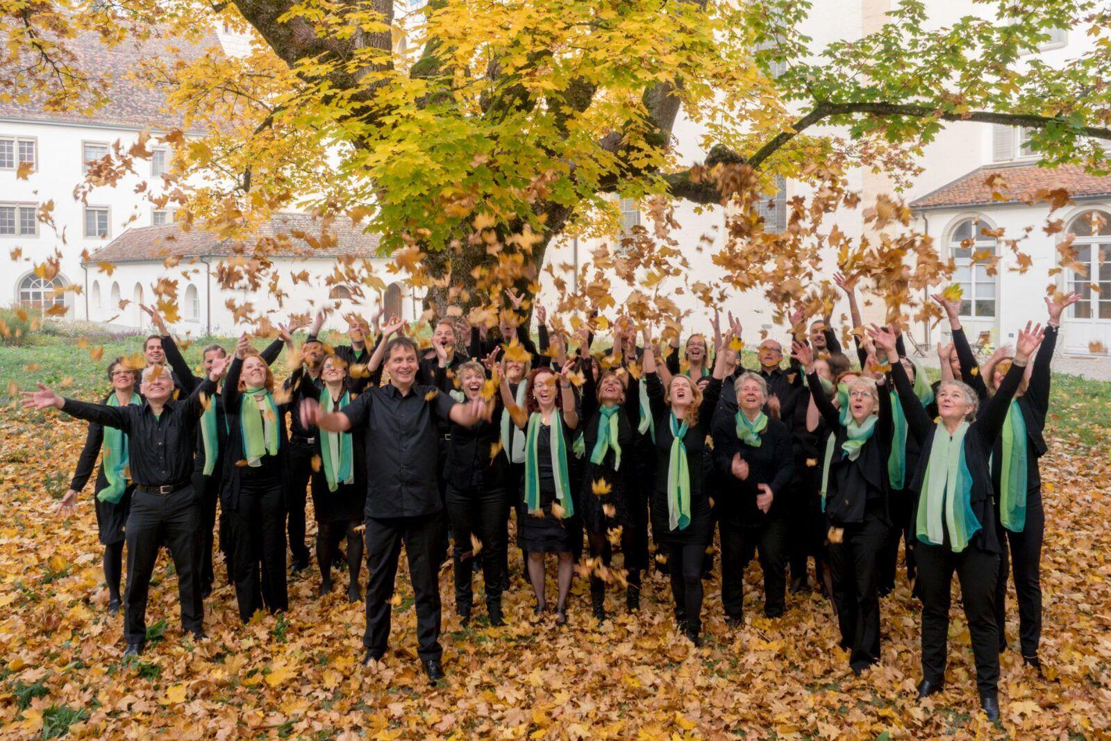 Chor mit fallenden Herbstblättern